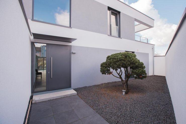Vorgarten BPLUSARCHITEKTUR Minimalistische Häuser