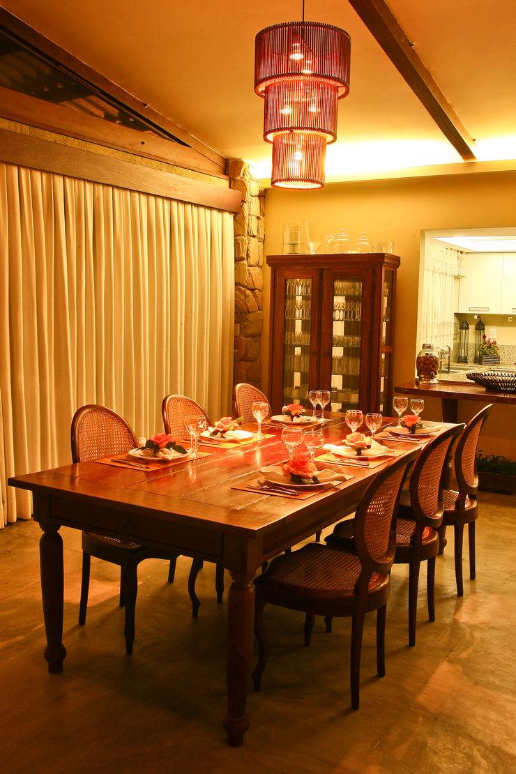 Casa da Serra Duo Arquitetura Salas de jantar campestres Madeira Bege