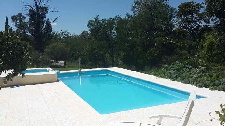 Liliana almada Propiedades Colonial style pool
