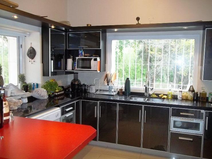 Liliana almada Propiedades Colonial style kitchen