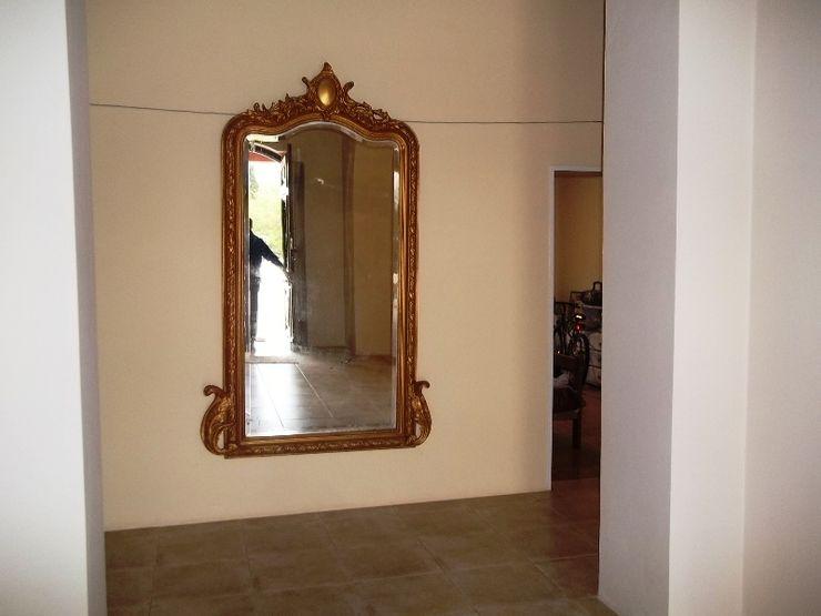Liliana almada Propiedades Colonial style corridor, hallway& stairs