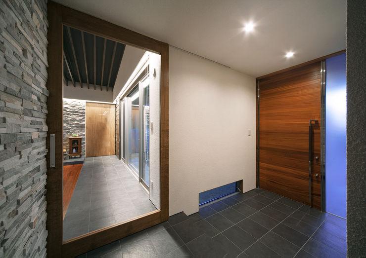 ISDアーキテクト一級建築士事務所 Ingresso, Corridoio & Scale in stile moderno Piastrelle Nero
