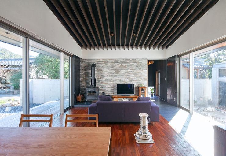 ISDアーキテクト一級建築士事務所 Sala da pranzo moderna Legno Nero