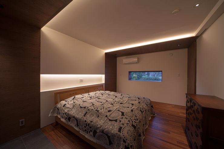 ISDアーキテクト一級建築士事務所 Camera da letto moderna Legno Marrone