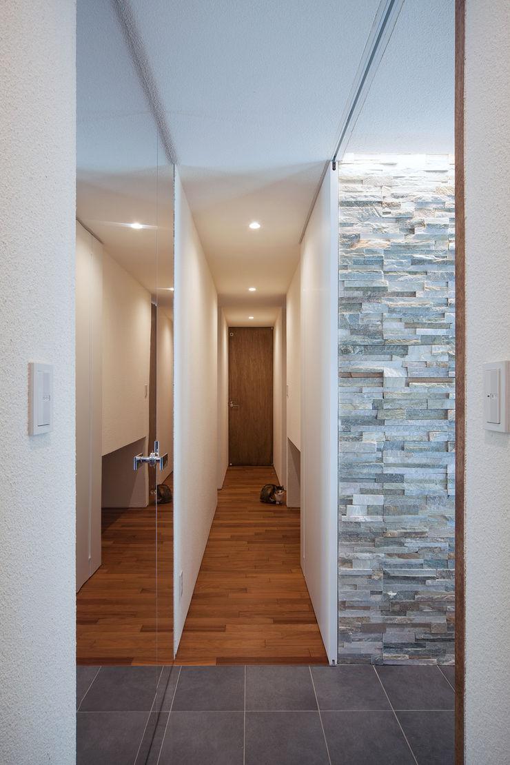 ISDアーキテクト一級建築士事務所 Ingresso, Corridoio & Scale in stile moderno Pietra Bianco