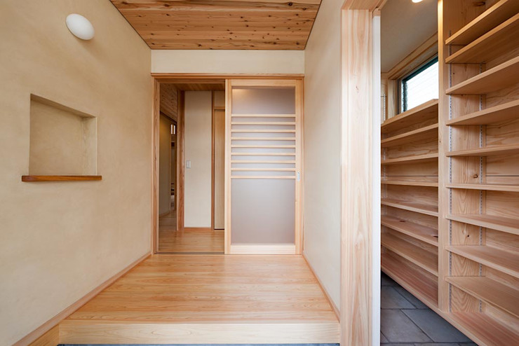 土佐木材、土佐漆喰で建てた気持ち良い家 エニシ建築設計事務所 クラシカルスタイルの 玄関&廊下&階段