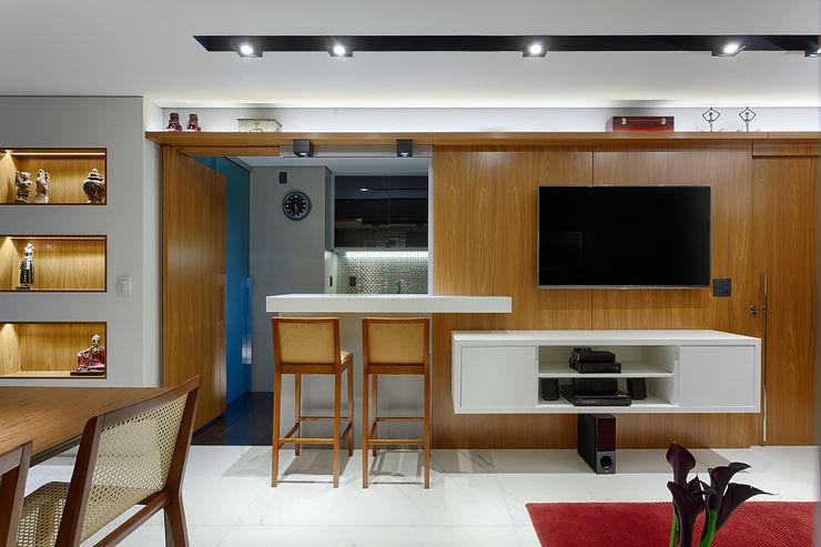 Apartamento com cozinha americana flexível Emmanuelle Eduardo Arquitetura e Interiores Salas de estar modernas