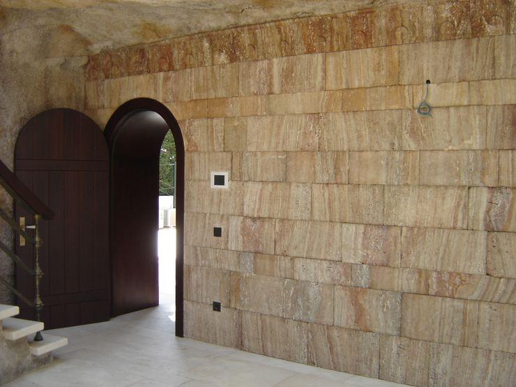 Grabados en Mármol S.L Classic style corridor, hallway and stairs
