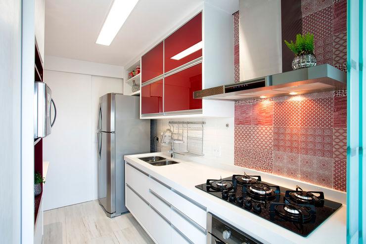 Vanda Carobrezzi - Design de Interiores Cocinas modernas: Ideas, imágenes y decoración Azulejos Rojo