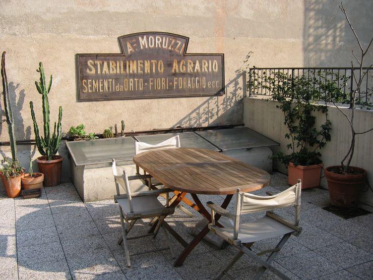 Terrazzo studiodonizelli Balcone, Veranda & Terrazza in stile industriale Cemento