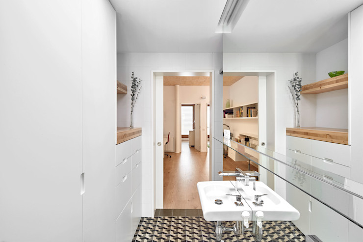 59RUT New house between dividing walls in the centre of Terrassa Vallribera Arquitectes 浴室