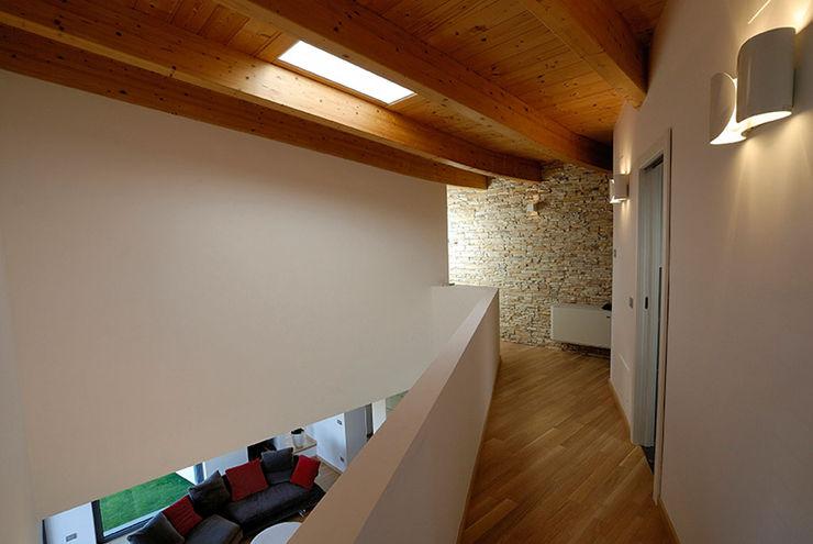 """COMPLESSO RESIDENZIALE """"MIRANTE"""" POMP0NI ASSOCIATI SRL Ingresso, Corridoio & Scale in stile moderno"""