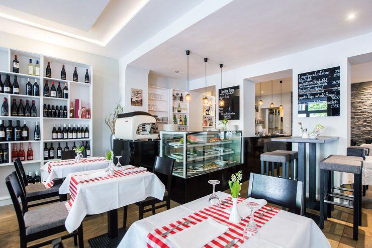 CONSCIOUS DESIGN - INTERIORS Gastronomia in stile moderno Legno Bianco
