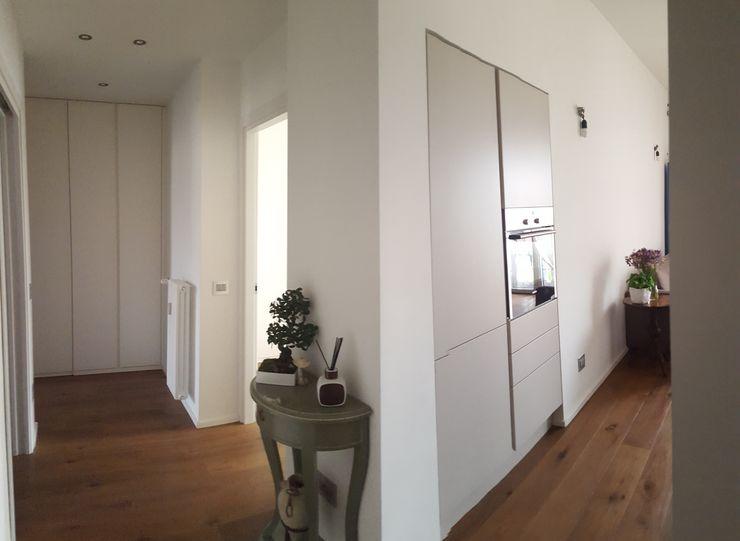 Caza BZ studio di architettura cinzia besana Ingresso, Corridoio & Scale in stile moderno