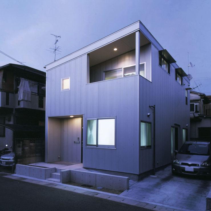 アンティーク雑貨のある家 – ガルバリウム鋼板のローコスト住宅 – 一級建築士事務所アトリエm モダンな 家
