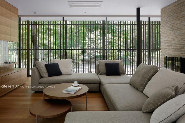 atelier137 ARCHITECTURAL DESIGN OFFICE 现代客厅設計點子、靈感 & 圖片 木頭 Brown