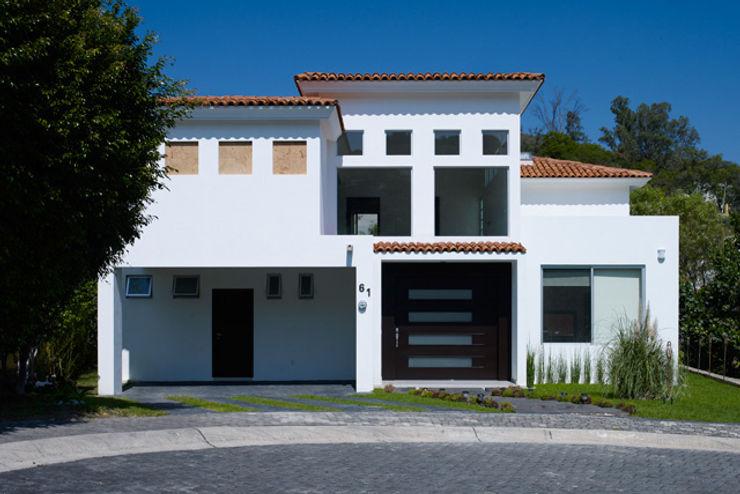 FACHADA Excelencia en Diseño Casas de estilo colonial Ladrillos Beige