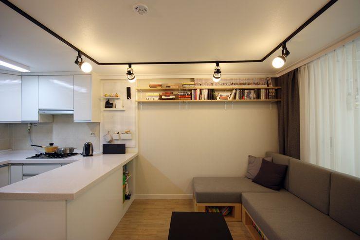 [홈라떼] 책이 가득한 24평 복도식 아파트 홈스타일링 homelatte 미니멀리스트 거실