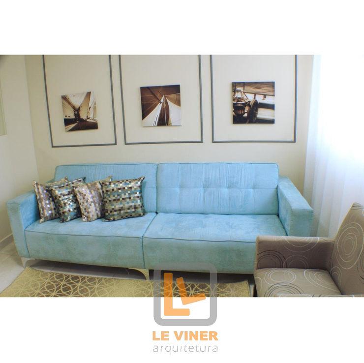 Sofá azul Le Viner Arquitetura Salas de estar modernas Madeira Azul
