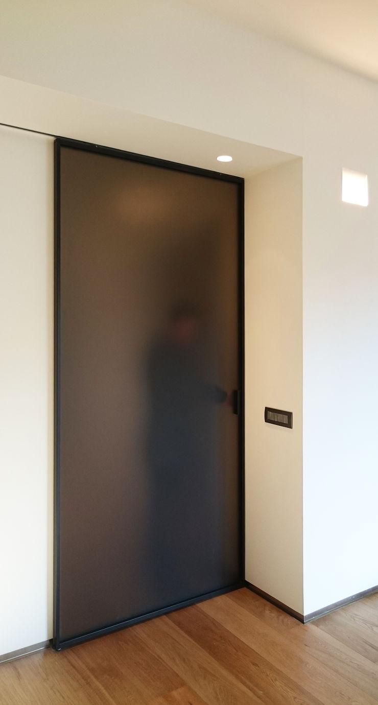 scorcio del soggiorno - accesso alla zona notte M2Bstudio Soggiorno minimalista Vetro Bianco