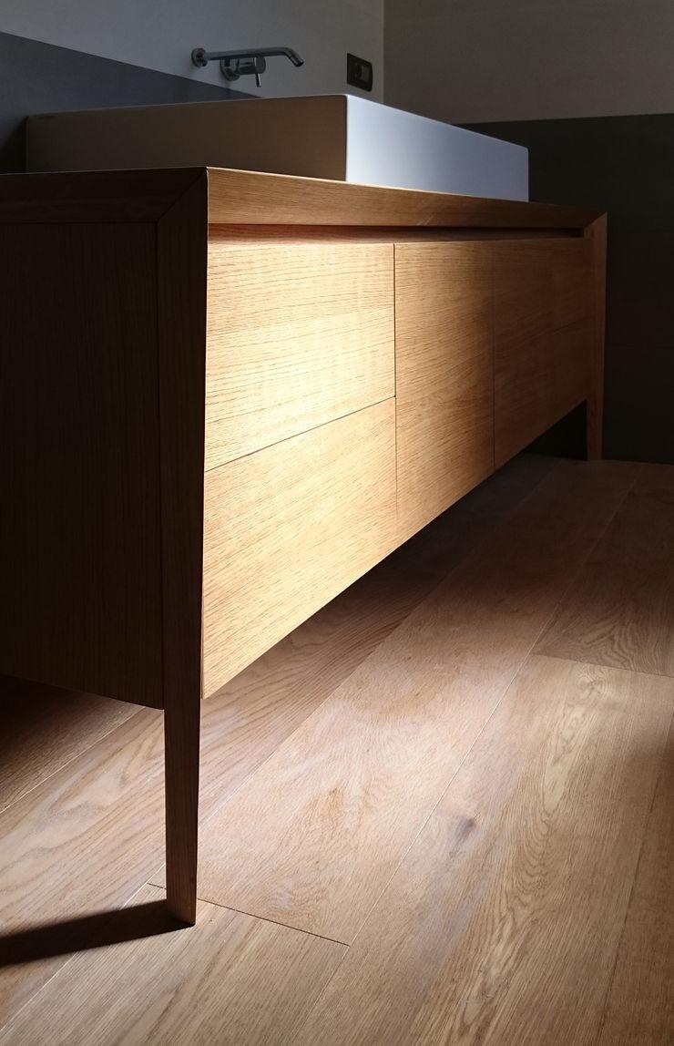 dettaglio del mobile lavabo realizzato su misura M2Bstudio Bagno minimalista Legno Marrone