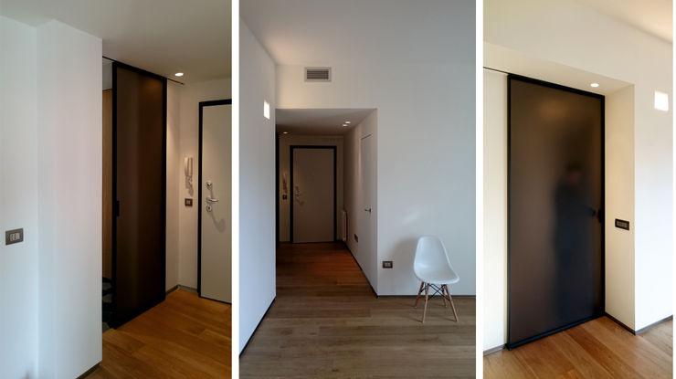 dettagli del soggiorno e della zona di ingresso M2Bstudio Soggiorno minimalista Legno Bianco