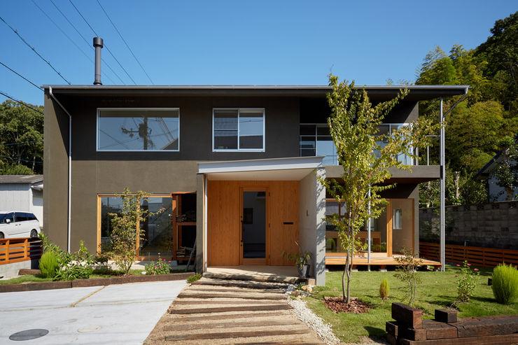 山里のいえ toki Architect design office モダンな庭 木 灰色