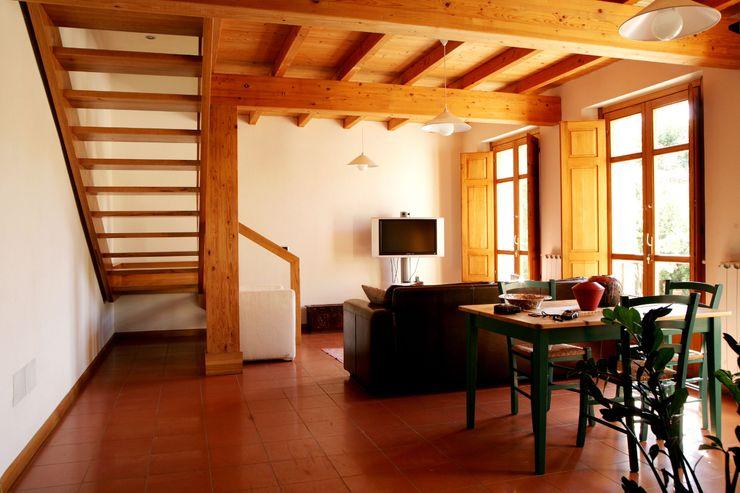 Casa in terra cruda Studio di Architettura Ortu Pillola e Associati Soggiorno in stile mediterraneo Legno