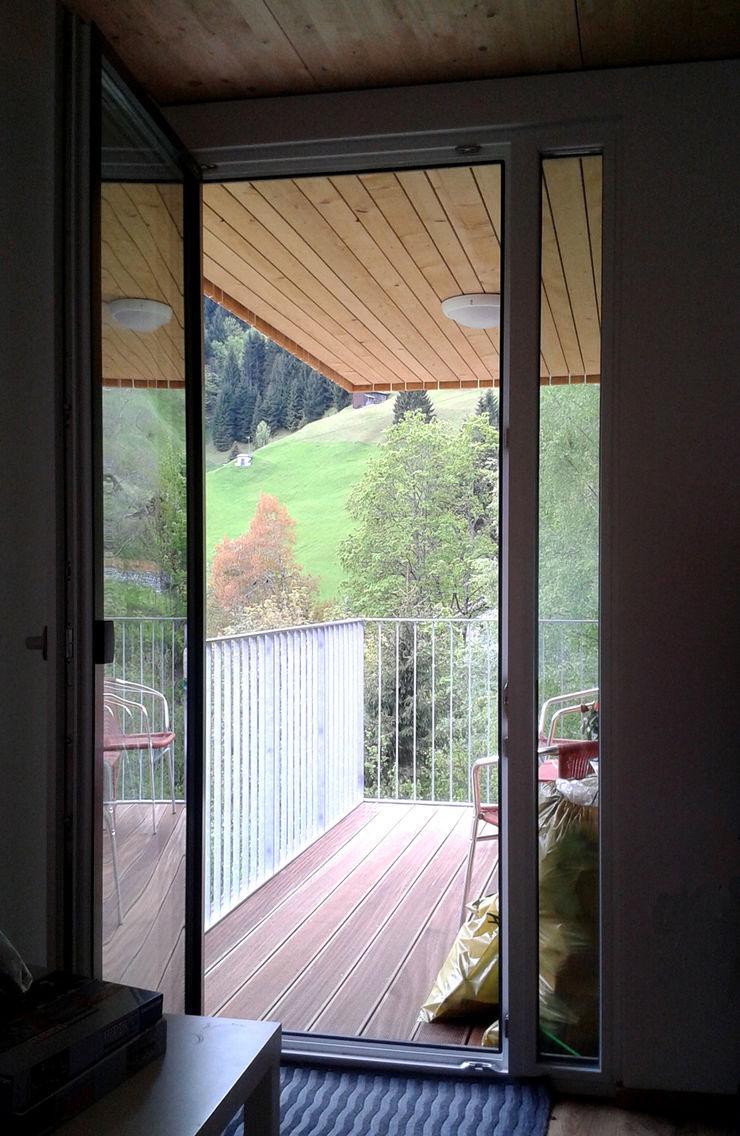 EXIT architects Modern balcony, veranda & terrace