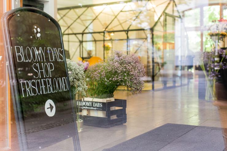 Blumen im Eingangsbereich Bloomy Days GmbH Moderne Arbeitszimmer