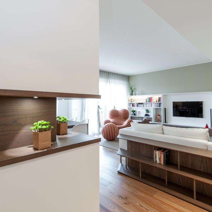 CASA L+L Studio Associato Casiraghi Ingresso, Corridoio & Scale in stile minimalista Legno Bianco