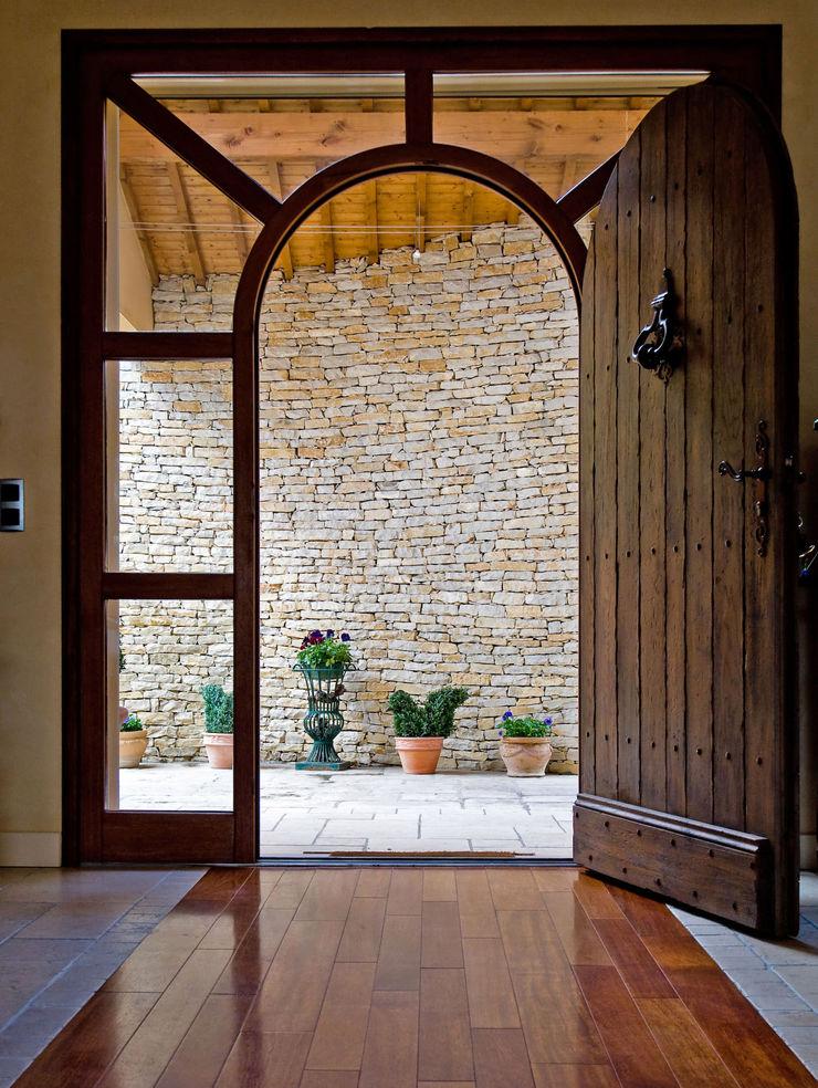 Grosse porte d'entrée en bois Pierre Bernard Création Portes en bois Bois Marron