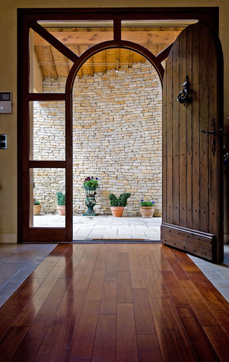 Maison avec couloir vitré et mobilier bois Pierre Bernard Création Portes en bois