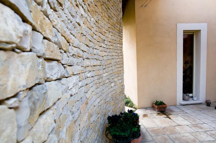 Mur en pierres apparentes Pierre Bernard Création Murs & SolsRevêtements de mur et de sol Pierre