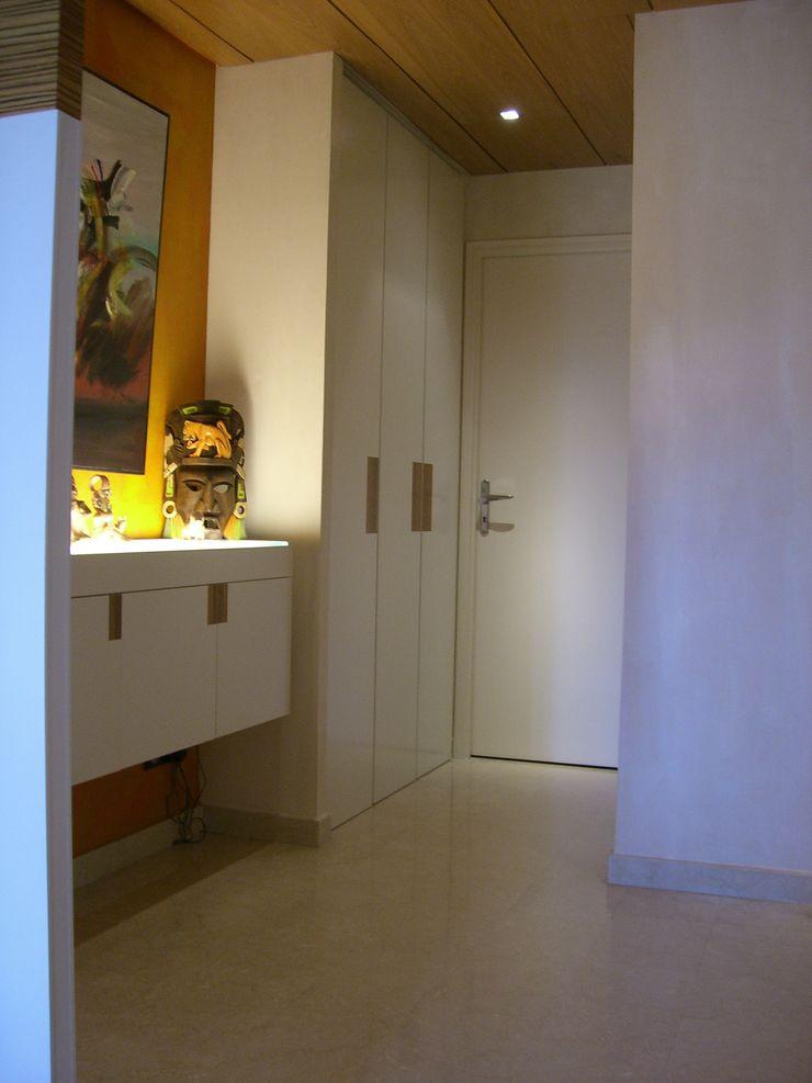 Couloir avec espaces de rangement Pierre Bernard Création Couloir, entrée, escaliers classiques