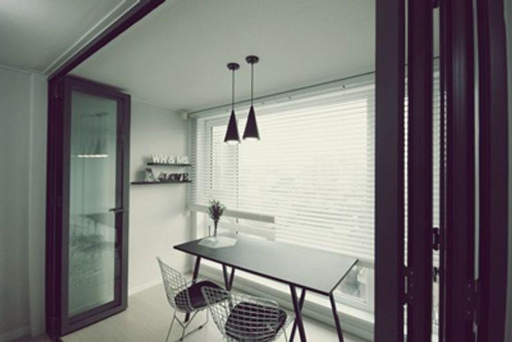 [홈라떼]깔끔하고 모던한 26평 신혼집 홈스타일링 homelatte 모던스타일 발코니, 베란다 & 테라스