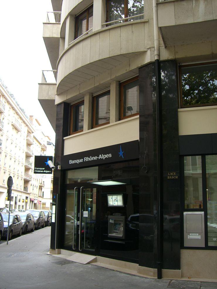 Devanture banque Pierre Bernard Création Espaces commerciaux modernes Noir