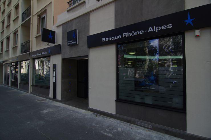 Façade extérieure banque Pierre Bernard Création Espaces commerciaux modernes Gris