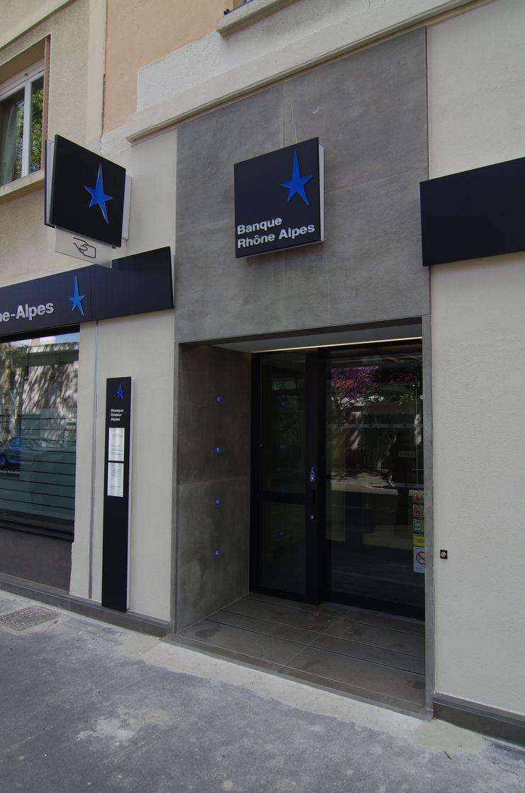 Entrée de la banque Pierre Bernard Création Espaces commerciaux modernes Gris