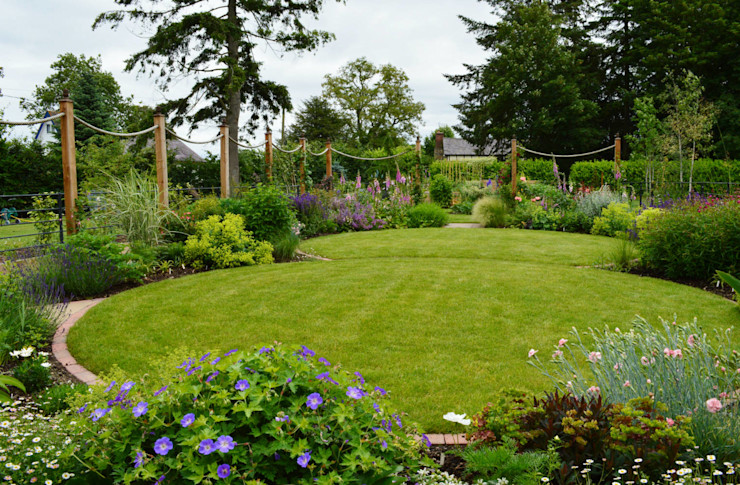 Circular lawns and timber posts support ropes on to which roses and clematis will climb Unique Landscapes Jardin rural
