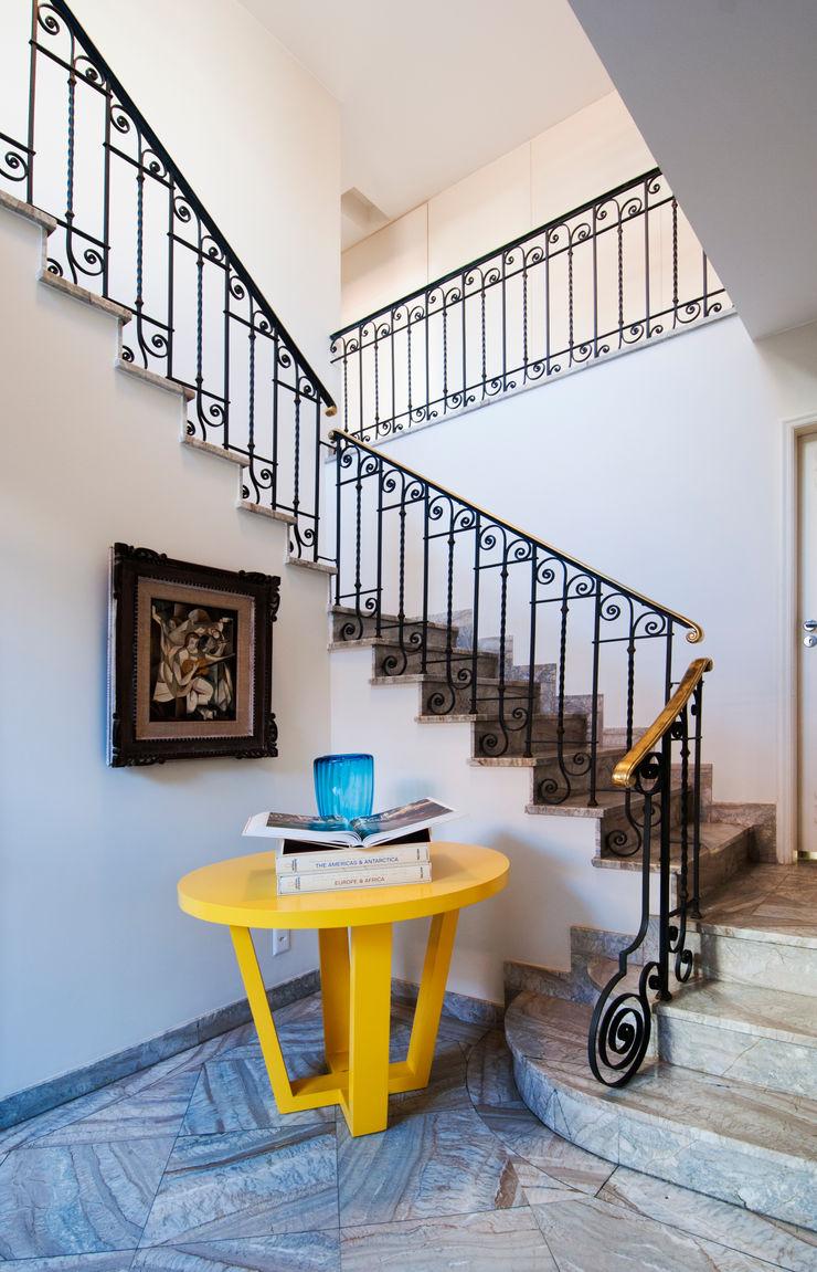 RESIDÊNCIA EURICO CRUZ   Escada Tato Bittencourt Arquitetos Associados Corredores, halls e escadas modernos