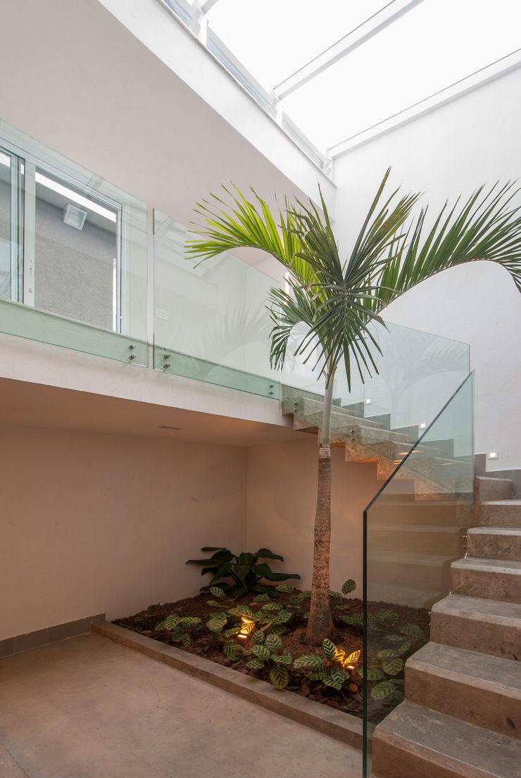 RESIDÊNCIA SÃO CONRADO   Escada Acesso Principal Tato Bittencourt Arquitetos Associados Corredores, halls e escadas modernos