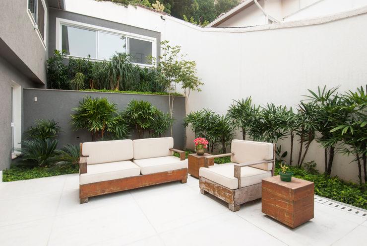 RESIDÊNCIA SÃO CONRADO   Área Externa Tato Bittencourt Arquitetos Associados Jardins modernos