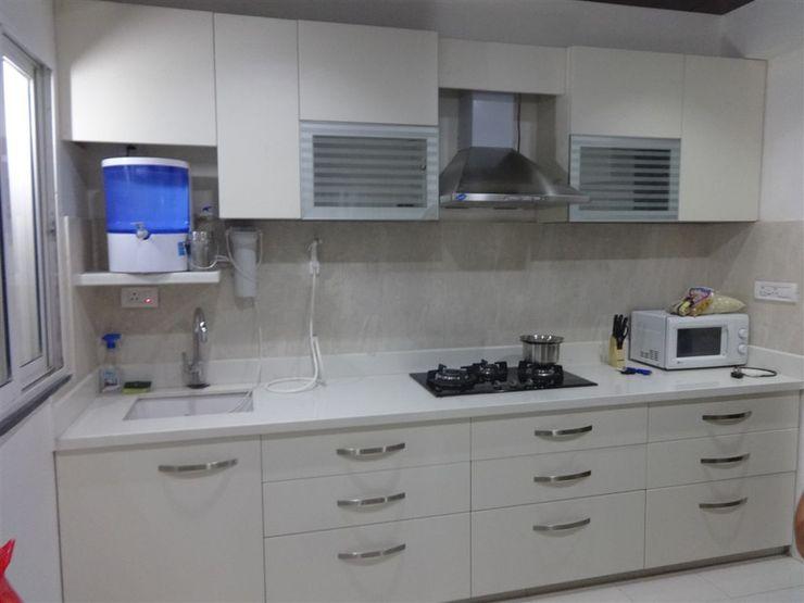 straight kithen with wall cabients aashita modular kitchen Modern kitchen MDF White