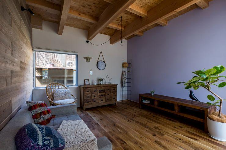 ALTS DESIGN OFFICE Ruang Keluarga Gaya Rustic Kayu Wood effect