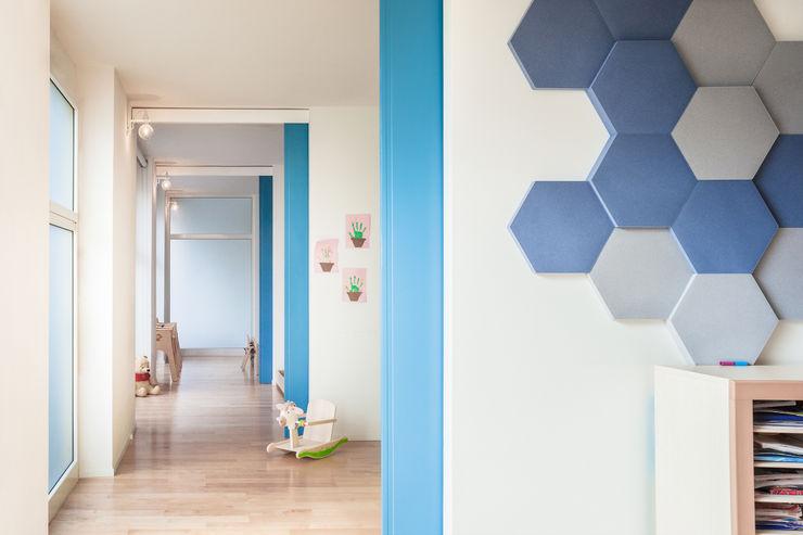 Le aule Studio Vetroblu_Stefano Ferrando Ingresso, Corridoio & Scale in stile moderno Legno Blu