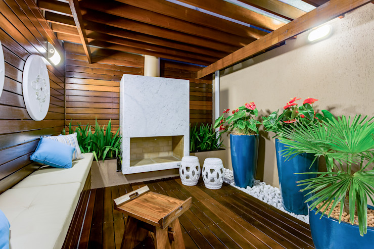 Pátio Interno com lareira Juliana Lahóz Arquitetura Jardins de inverno ecléticos Madeira