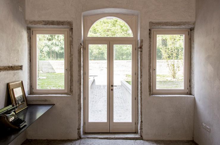 Palazzo Fincati MORO SAS DI GIANNI MORO Finestre & Porte in stile classico Legno Bianco