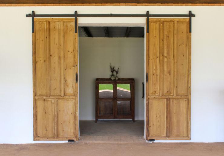 Puerta antigua convertida en corredera. homify Puertas y ventanas rústicas