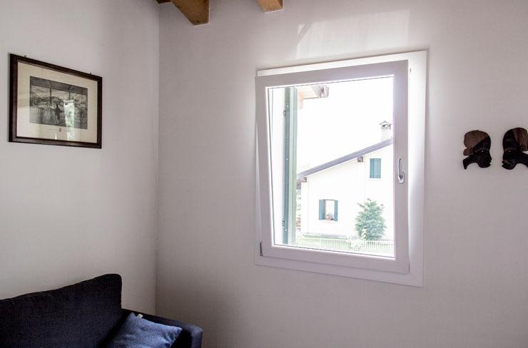 SERRAMENTI IN PVC MORO SAS DI GIANNI MORO Finestre & Porte in stile classico PVC Bianco